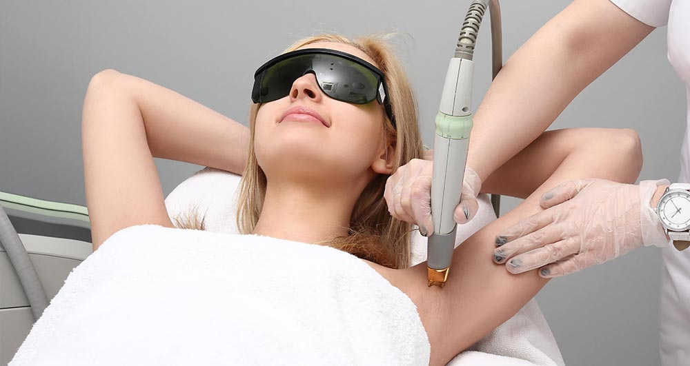از بین بردن موهای زائد زیر بغل با لیزر؛ مزایا، عوارض و هزینه